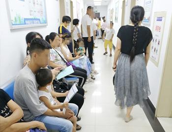 小患者挤满医院 出现治白高峰